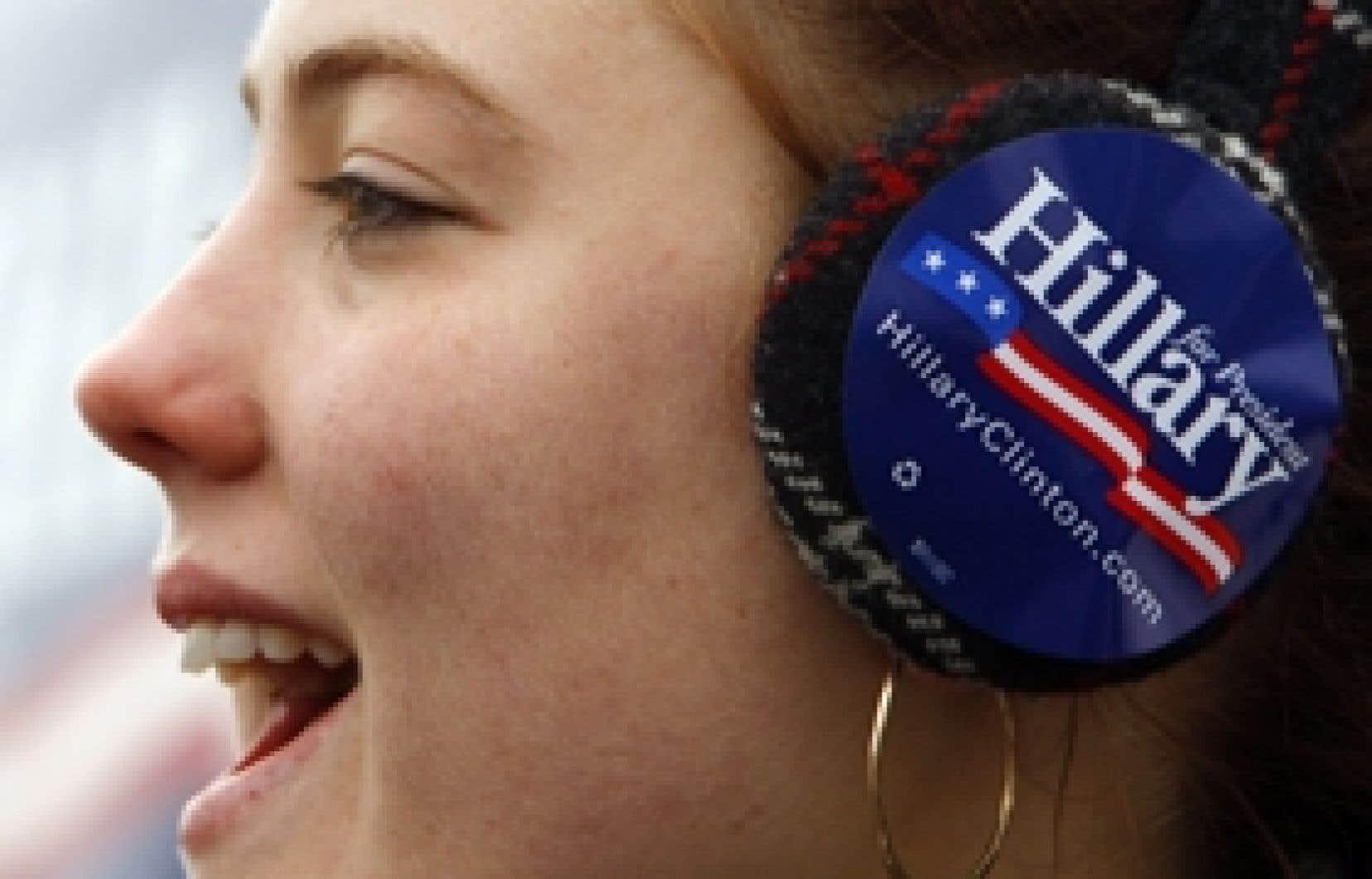 Cette militante politique du camp d'Hillary Clinton est venue encourager sa candidate hier, à deux jours des primaires du New Hampshire. L'ancienne première dame des États-Unis en a bien besoin, puisqu'un nouveau sondage publié hier la place de