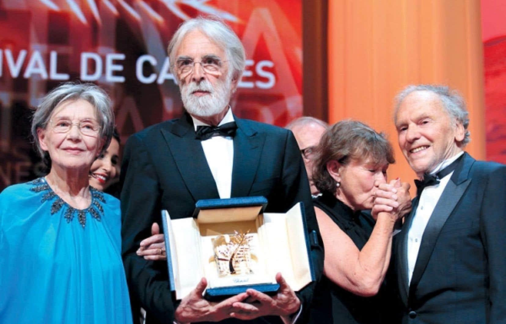 Le cinéaste autrichien Michael Haneke tenant sa Palme d'or entouré des acteurs principaux de son film Amour, Emmanuelle Riva et Jean-Louis Trintignant, hier, à Cannes.