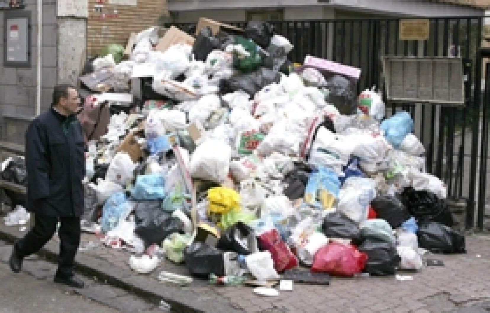 Le président de la République, Giorgio Napolitano, a dénoncé hier une «tragédie des déchets» à Naples et sa région, où  100 000 tonnes d'ordures se sont amoncelées depuis la fin de l'année.