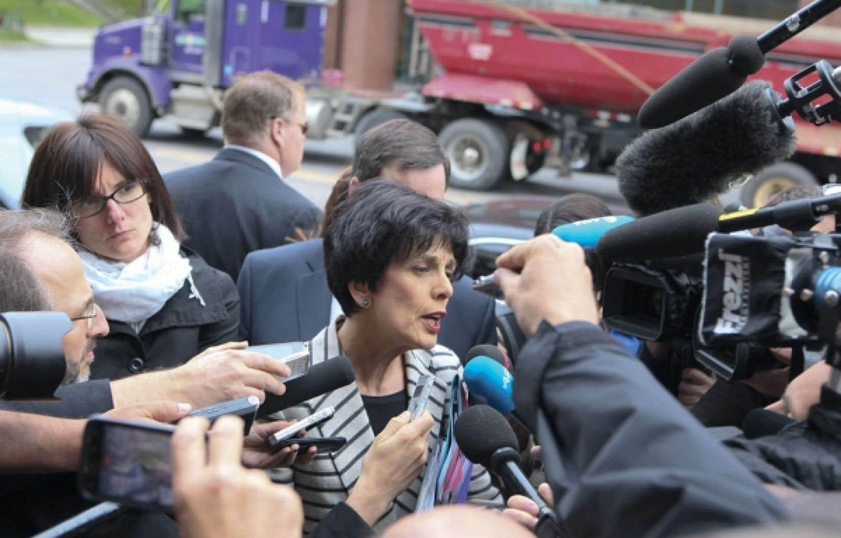 La ministre de l'Éducation et présidente du Conseil du trésor, Michelle Courchesne, s'est adressée aux journalistes avant le début des négociations qui ont été entreprises hier avec les étudiants à Québec. Elle a dit aborder ces discussions « avec ouverture ».