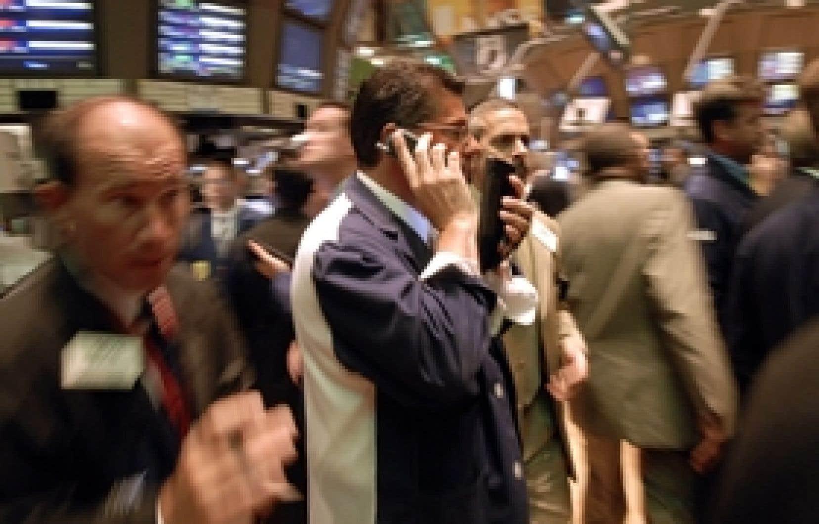 Dure journée pour les marchés hier. À New York, le Dow Jones a chuté de 256,54 points, ou de 2 %, pour terminer la séance à 12 800,18 points. À Toronto, l'indice baromètre de Bay Street, le S&P/TSX, a glissé de 199,62 points, ou de 1,4 %, à 1