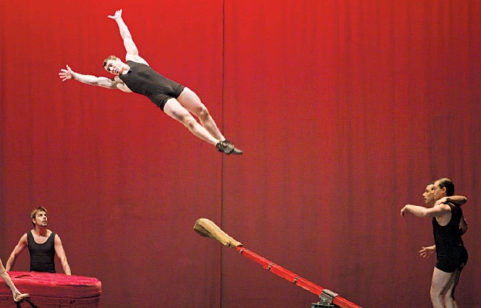 Créée en 2004, Rain est une production du cirque Éloize mise en scène par Daniele Finzi Pasca.