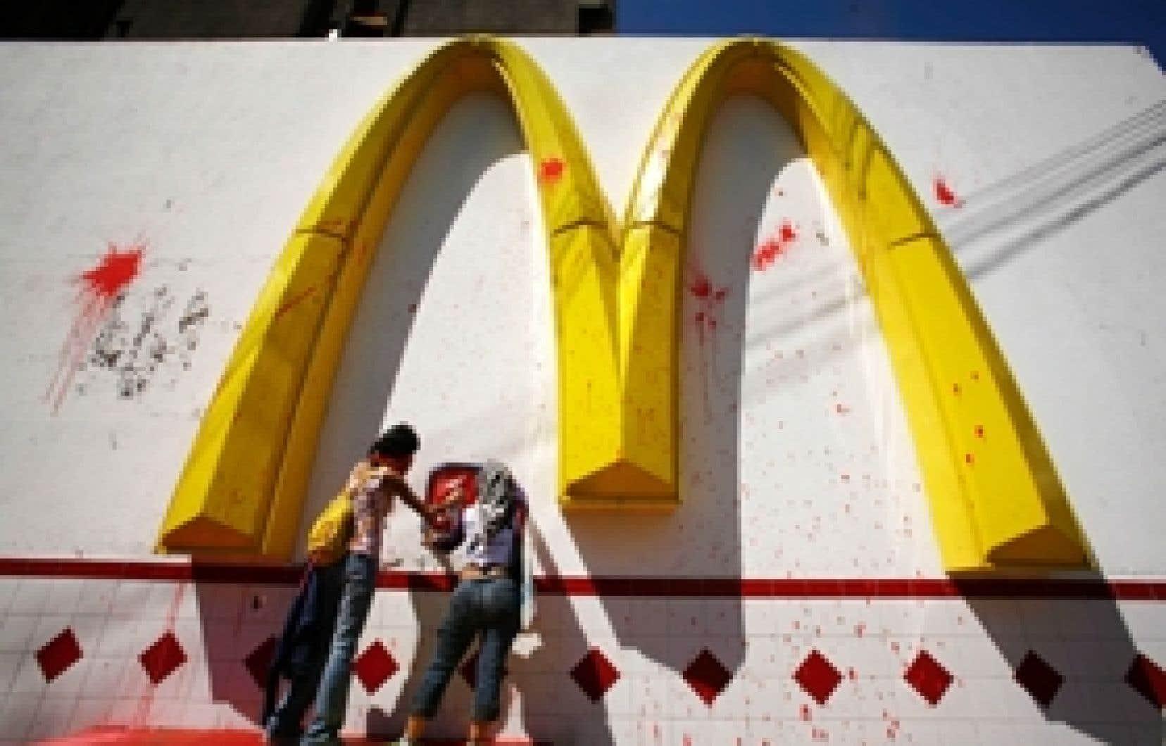 Des vandales s'attaquent à un McDonald's au Guatemala. Entre 1993 et 2005, 24 attaques ont eu lieu contre des restaurants de cette chaîne. Dans la grande majorité des cas, ces agressions visaient un symbole de l'Amérique plutôt que les produit