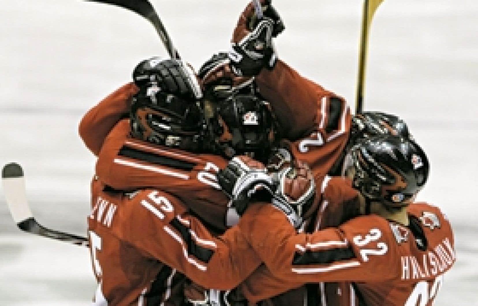 L'équipe canadienne célébrait sa victoire contre les États-Unis, hier, une victoire qui lui assure une place en finale.