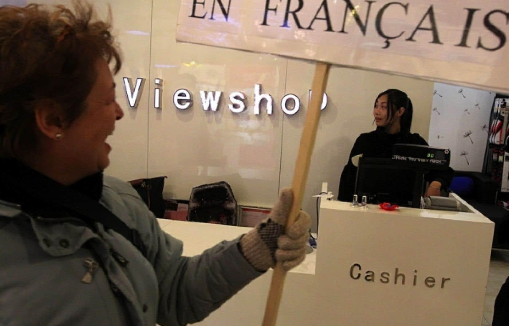 Entre 2010 et 2012, au centre-ville de Montréal, la proportion des commerces qui avaient accueilli les observateurs de l'OQLF en français a chuté de 89 à 74 %.