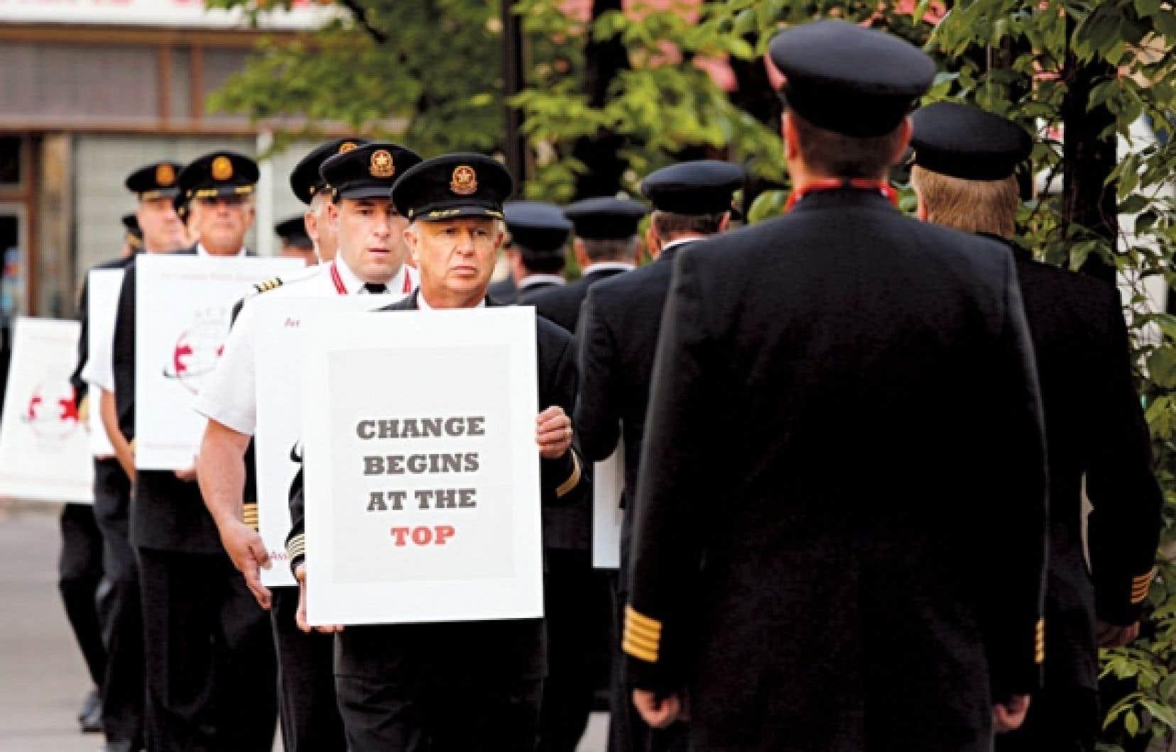 Des pilotes d'Air Canada, qui négocient le renouvellement de leur convention collective, ont manifesté devant un hôtel de Calgary où se réunissaient les actionnaires du transporteur aérien.