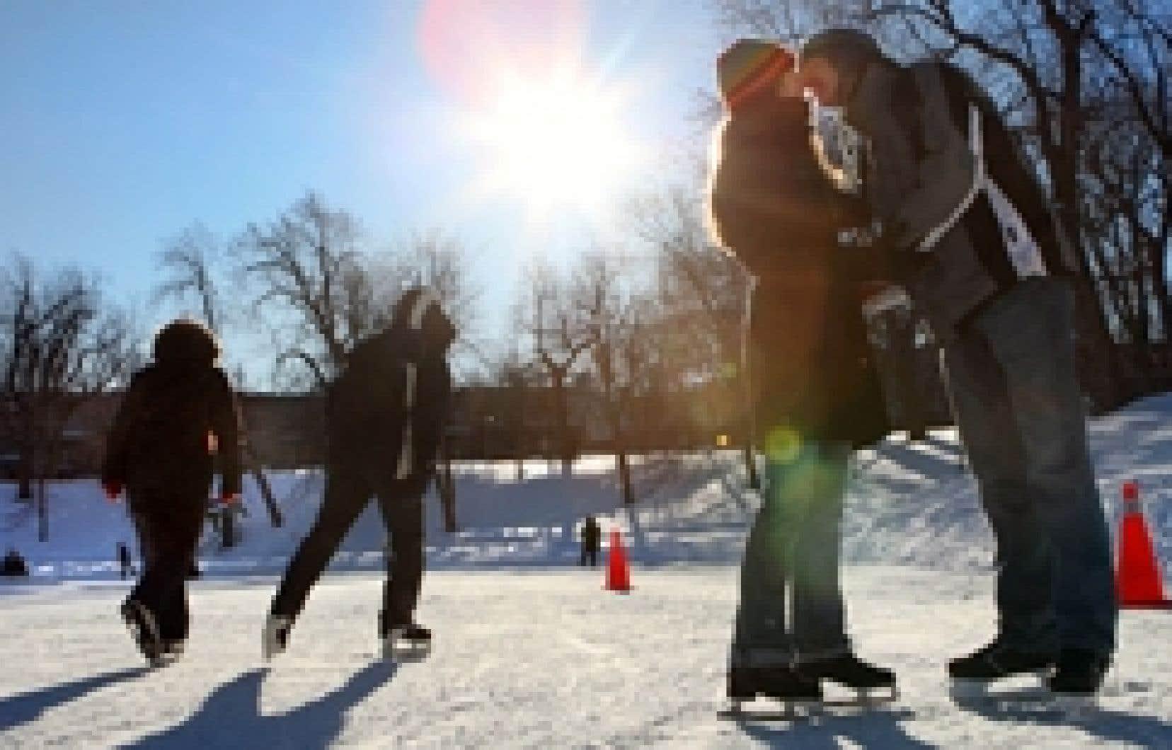 Il est tombé 14,8 cm de neige sur Montréal le 1er janvier: de quoi faire des heureux chez les amateurs de sports d'hiver, comme ces patineurs du parc Lafontaine, mais aussi chez certains clients d'itravel2000 qui s'envoleront gratuitement vers le