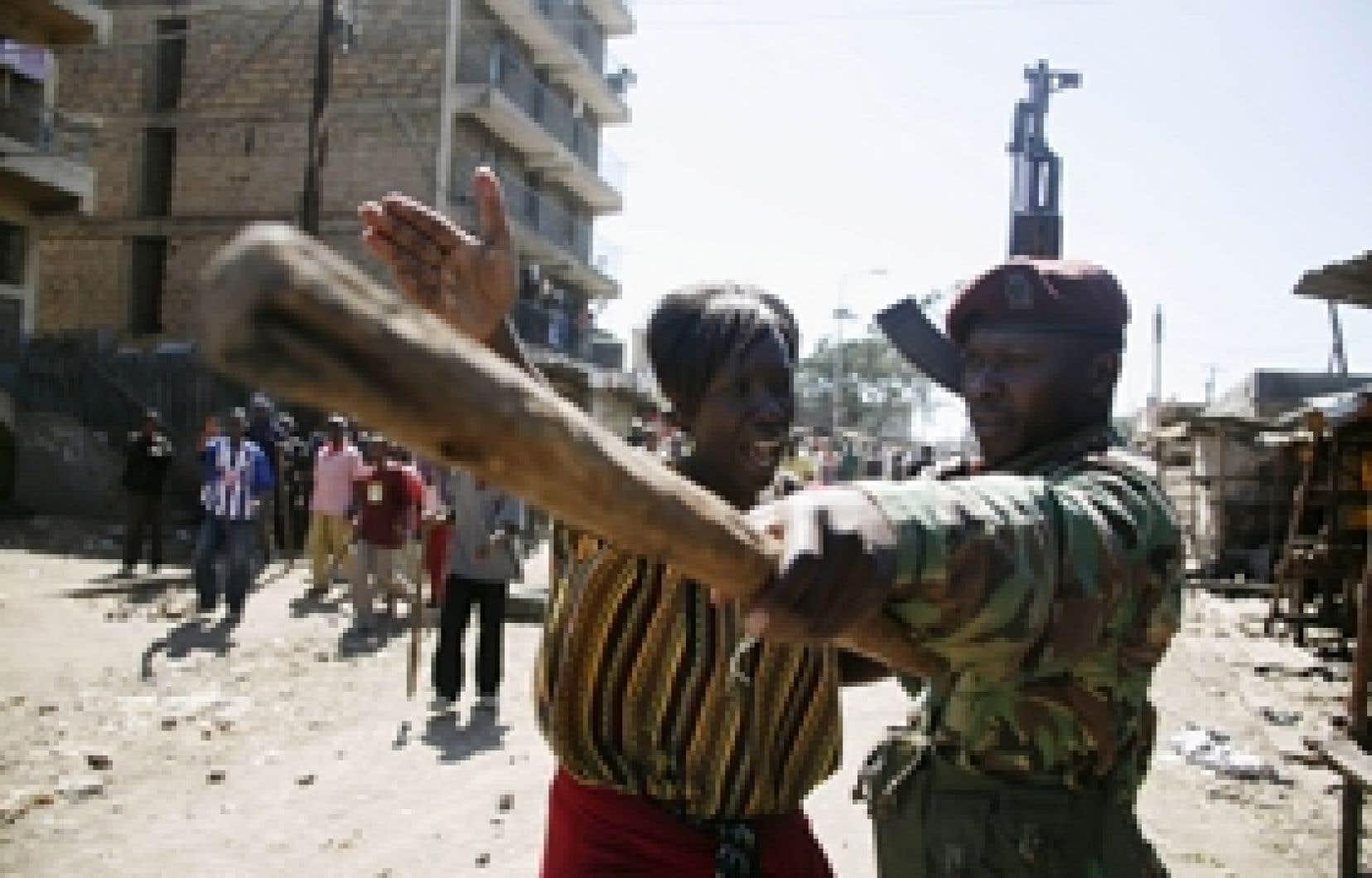 reuters Hier, à Nairobi, cette femme demandait de l'aide à un policier.