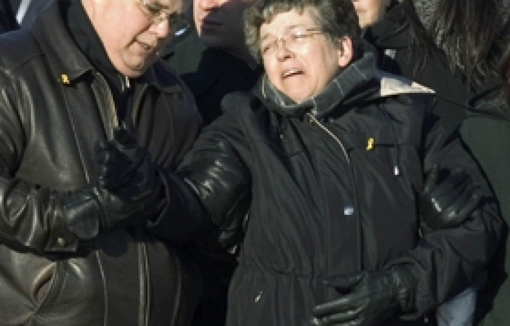La mère du soldat Dion, hier lors du rapatriment du corps de son fils tué en Afghanistan.