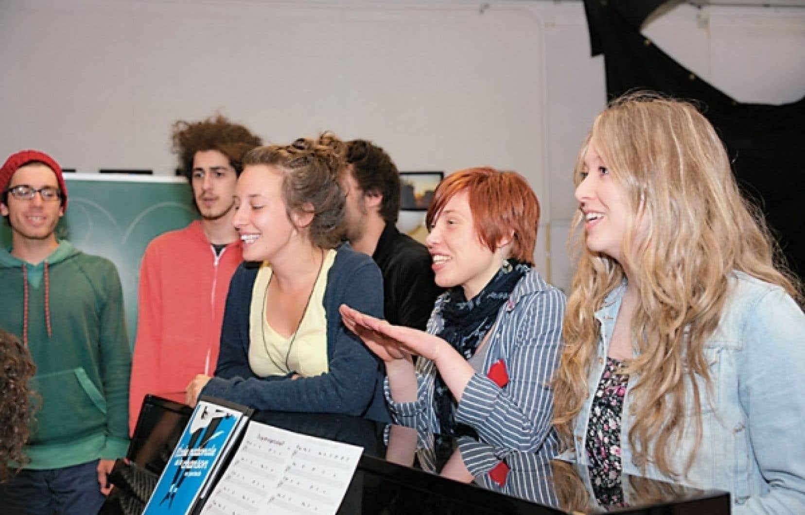 Quelques-uns des finissants de la classe 2012 de l'École nationale de la chanson, photographiés autour du piano dans leur grand local du cégep de Granby Haute-Yamaska.