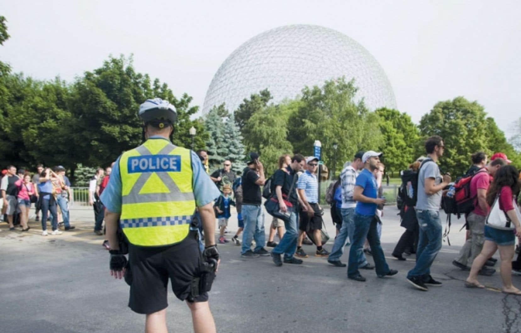 Les policiers étaient très présents au parc Jean-Drapeau, ainsi qu'aux tourniquets et sur les quais du métro, revêtus de leur dossard jaune.
