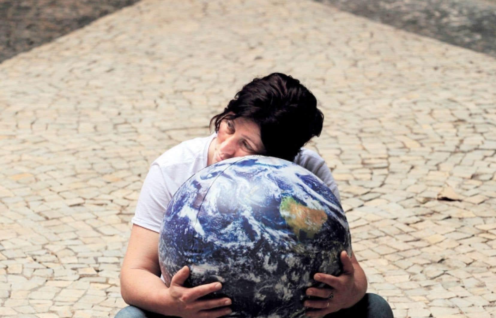Quelque 50 000 environnementalistes, indigènes et altermondialistes sont réunis au parc Flamengo, au centre de Rio, pour ce qu'il est convenu d'appeler le « sommet parallèle » de la société civile. On y conteste sérieusement le concept d'« économie verte » mis de l'avant par l'ONU, qui jouit de l'appui des multinationales.