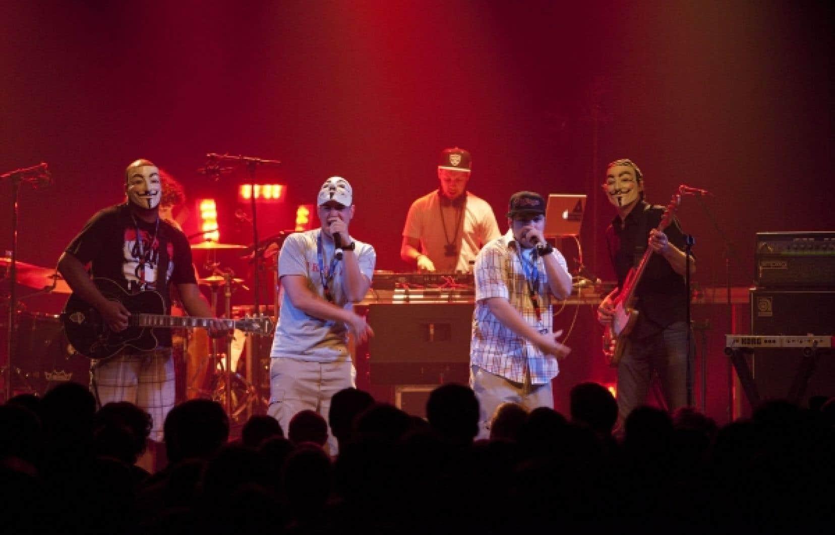 Le rappeur Koriass portant un masque de Guy Fawkes sur la tête à l'occasion d'un spectacle offert dans le cadre des 24es FrancoFolies de Montréal
