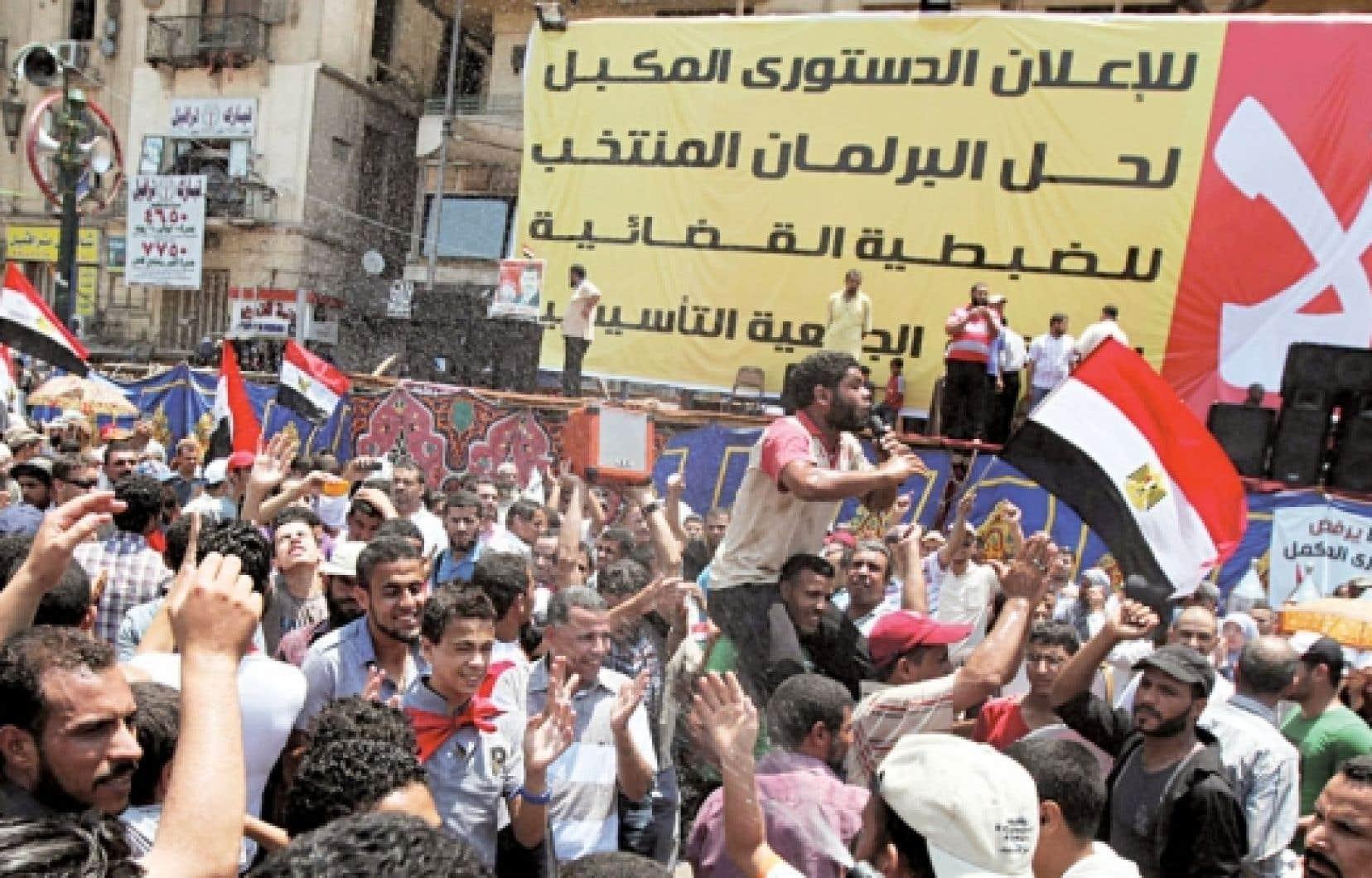 <div> Les partisans du président élu ont conspué l'armée, hier, place Tahrir.</div>