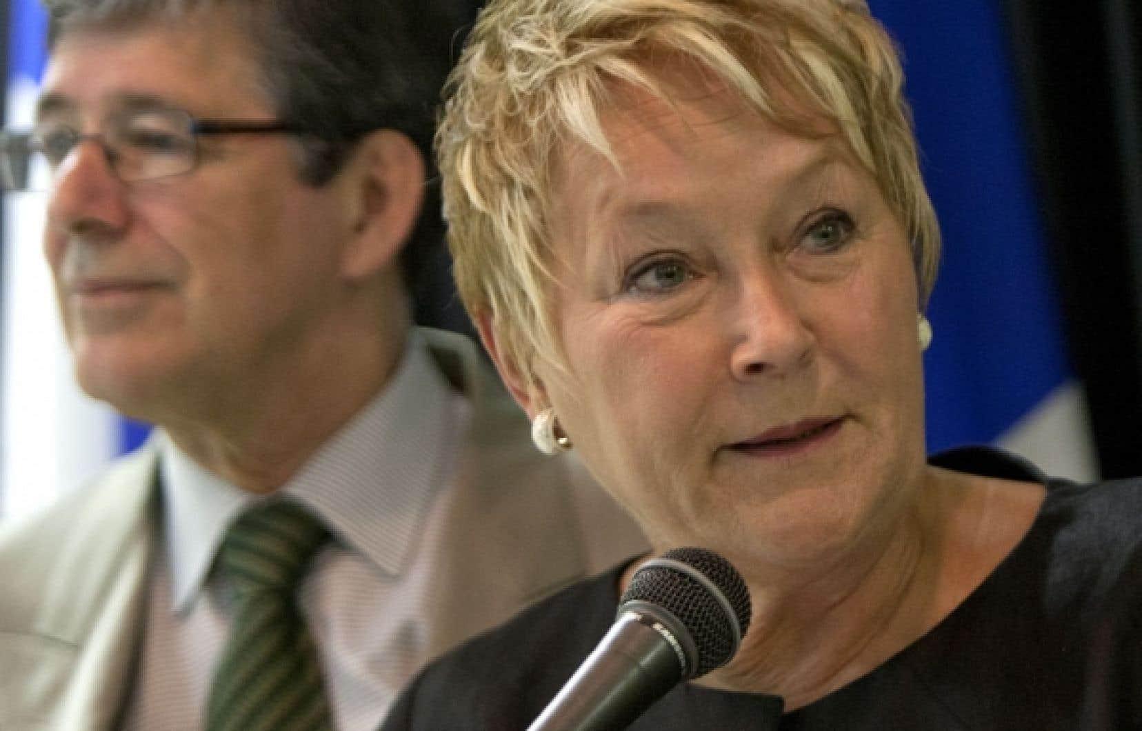 Pauline Marois a qualifié de «très intéressante» la proposition du député Sylvain Simard d'éliminer les primes de départ des députés qui quittent leurs fonctions en cours de mandat.