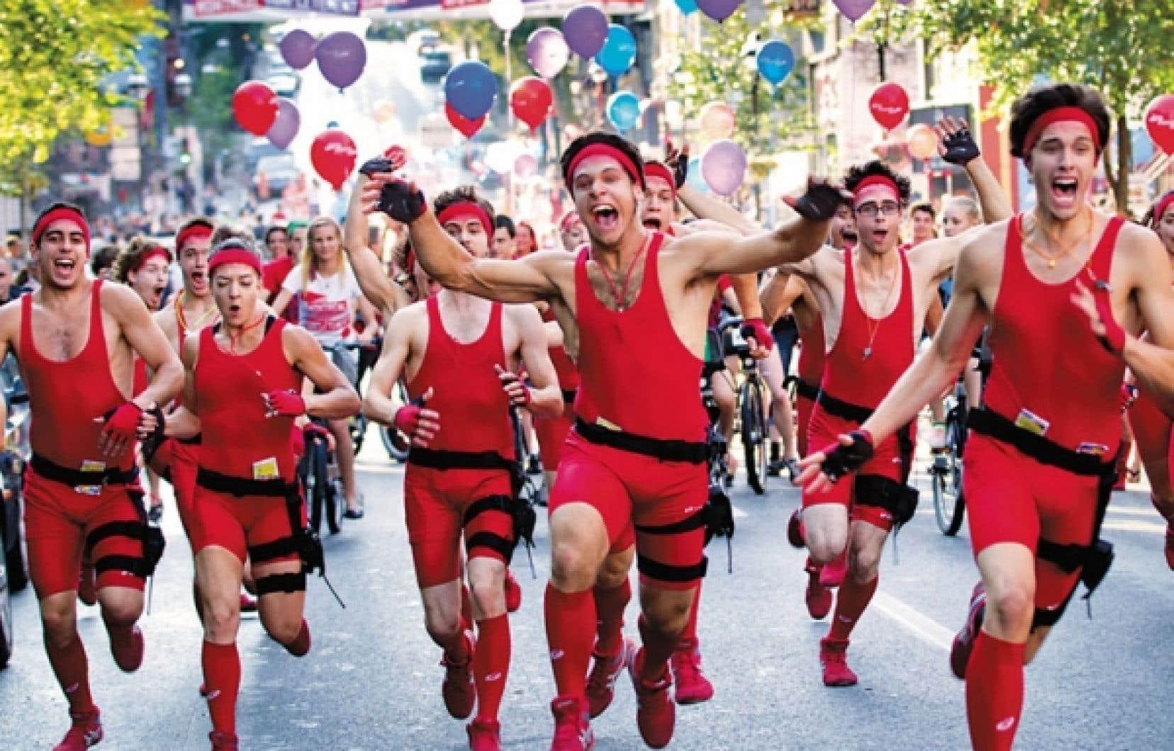 À l'occasion du lancement de Montréal complètement cirque, 40 acrobates, vêtus de rouge de pied en cap, ont pris d'assaut la rue Saint-Denis et la place Émilie-Gamelin pour culbuter au sol et pirouetter au bout de tissus aériens, portés aux nues par leurs compères. Le spectacle Jeu de cirque sera présenté chaque soir à 18 h 30 et à 21 h 30 à la place Émilie-Gamelin jusqu'au 15 juillet.
