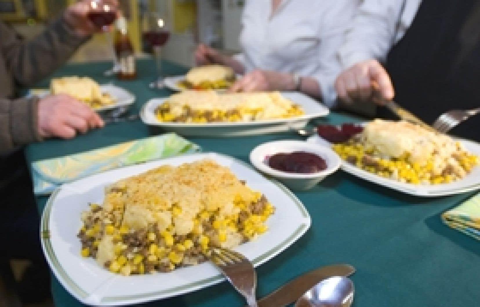 La pâté chinois, «c'est de la nourriture réconfortante. C'est familial, facile à faire et pas cher», explique Jocelyne Brunet, copropriétaire du restaurant La Binerie Mont-Royal. Sur la photo, quelques convives dégustent une bonne portion du