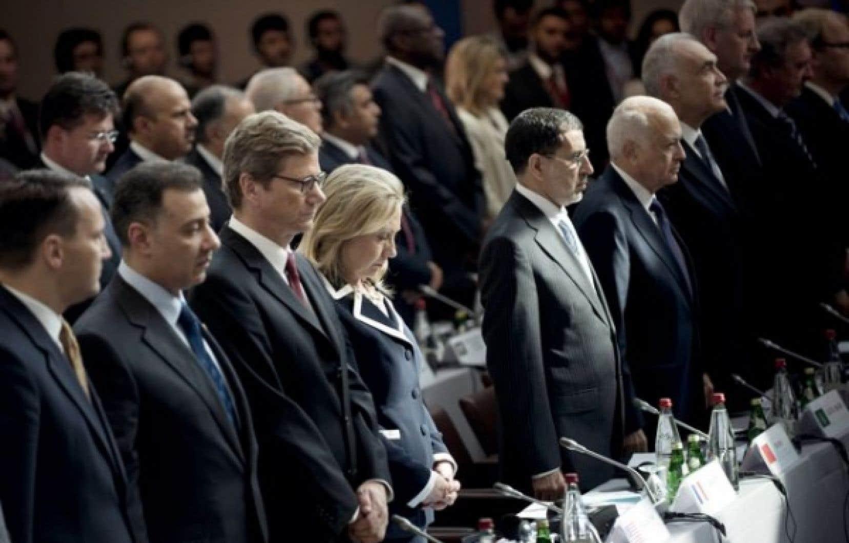 La secrétaire d'État américaine Hillary Clinton, ainsi que d'autres hauts représentants d'une centaine de pays, étaient réunis à Paris aujourd'hui, en soutien au plan de transition du pouvoir en Syrie.