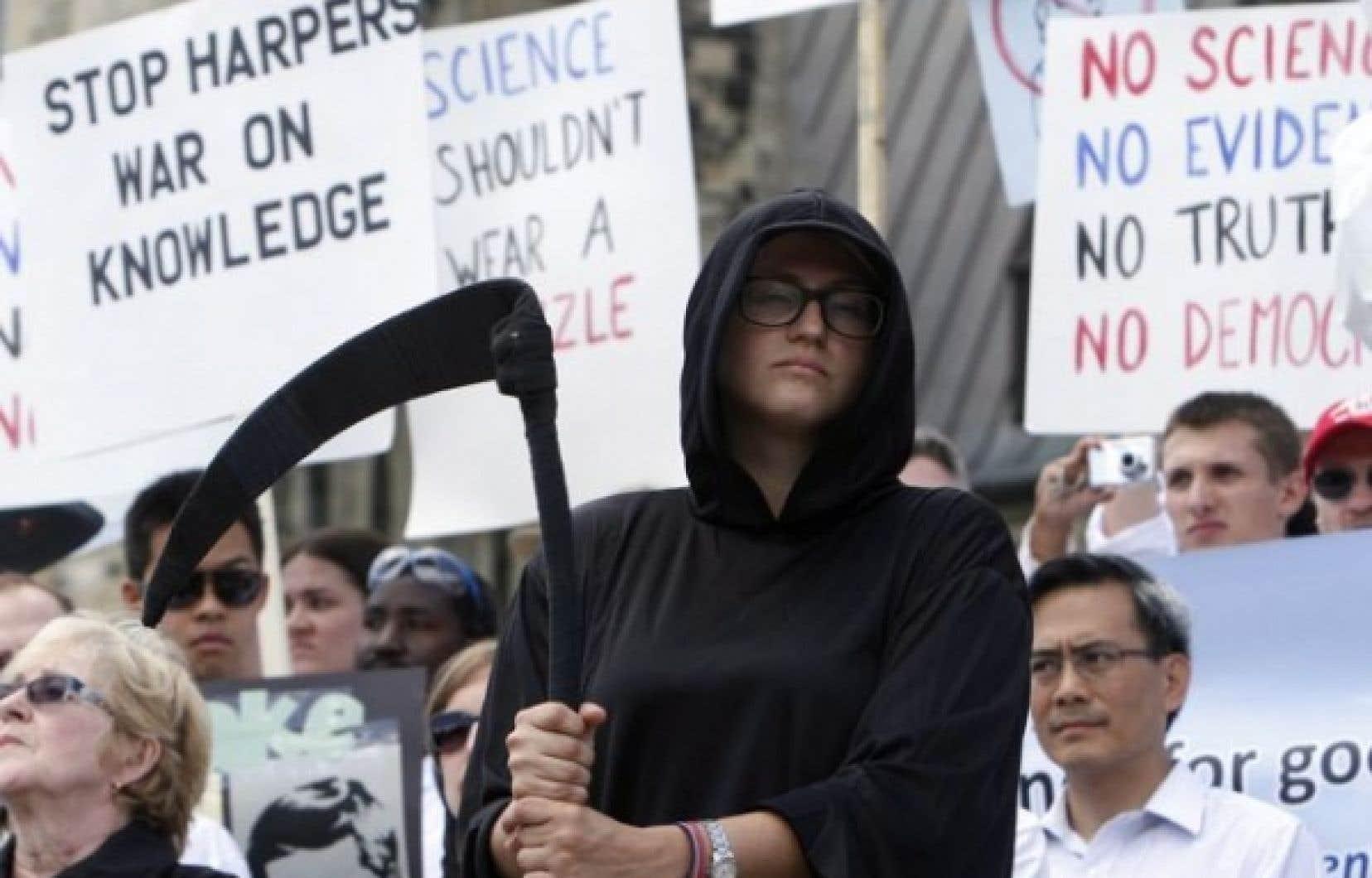 Les scientifiques en sarrau et des «femmes endeuillées vêtues de noir» ont marché au son de musiques funèbres, scandant «pas de preuve, pas de science, pas de vérité, pas de démocratie».