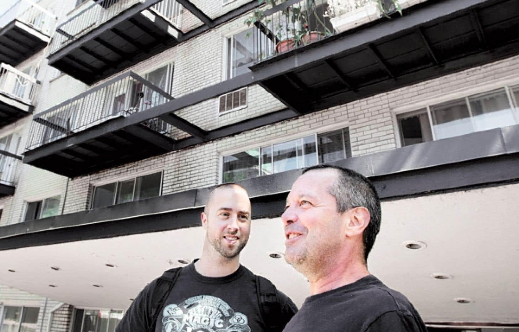 Alain, 50 ans, a été trois ans sans adresse avant que le projet Chez soi lui offre un toit. Aujourd'hui, il a toujours ses hauts et ses bas. Mais avec son nouveau logement et l'appui de son intervenant, Philippe, il arrive enfin à entrevoir l'avenir.