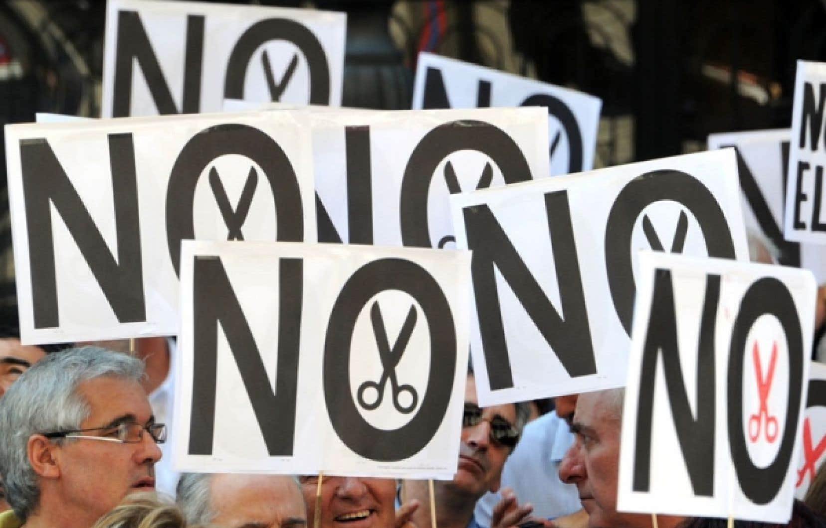 Des centaines de milliers d'Espagnols excédés par une crise dont ils ne voient pas la fin étaient descendus jeudi dans les rues, signe d'une indignation populaire qui s'accroît face à un gouvernement qui n'a plus aucune marge de manœuvre pour redresser l'économie du pays.