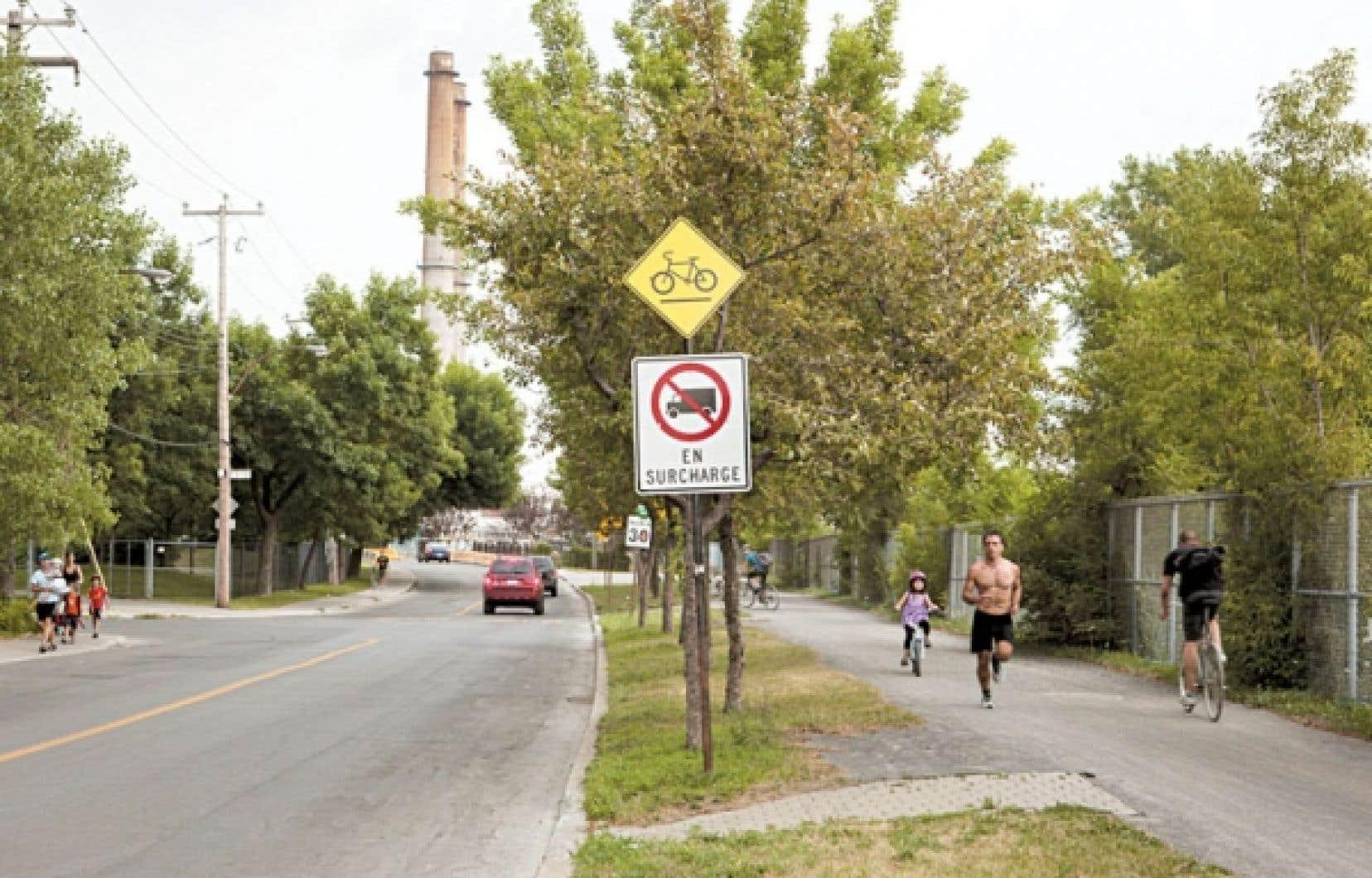 La rue des Carrières fut ainsi nommée parce que la voie relayait autrefois plusieurs carrières de Montréal.