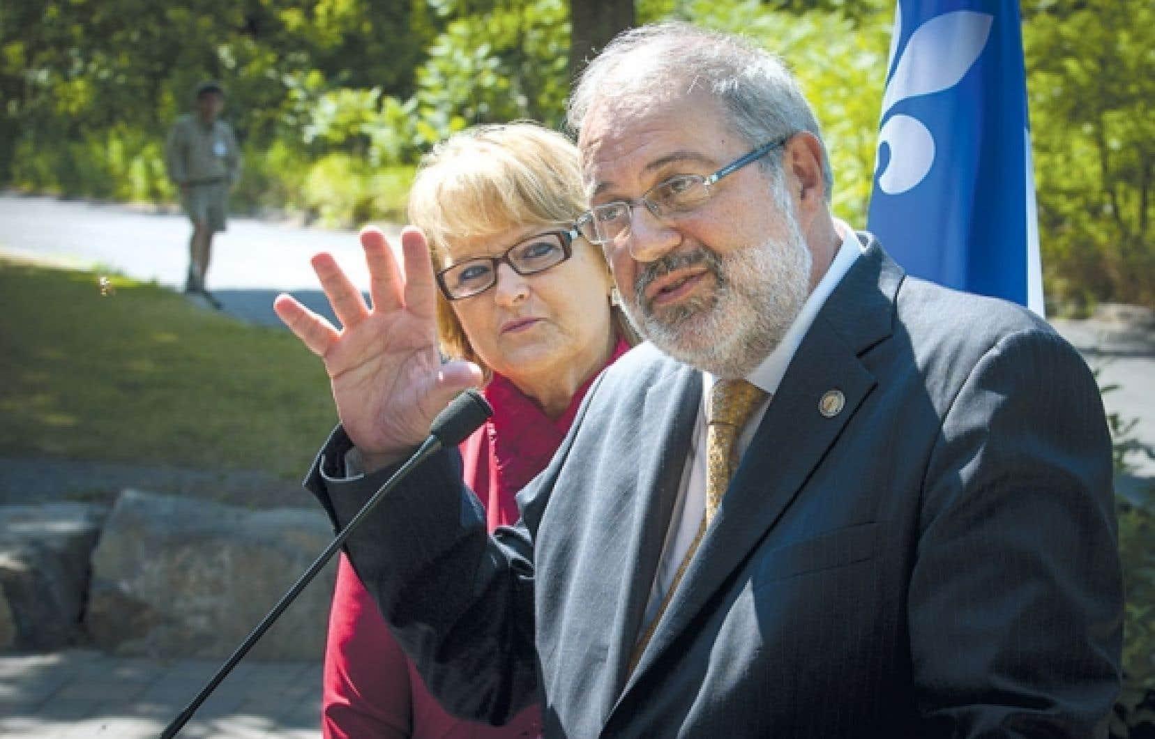 Pierre Arcand, en compagnie de la ministre responsable de la région de la Montérégie, Nicole Ménard