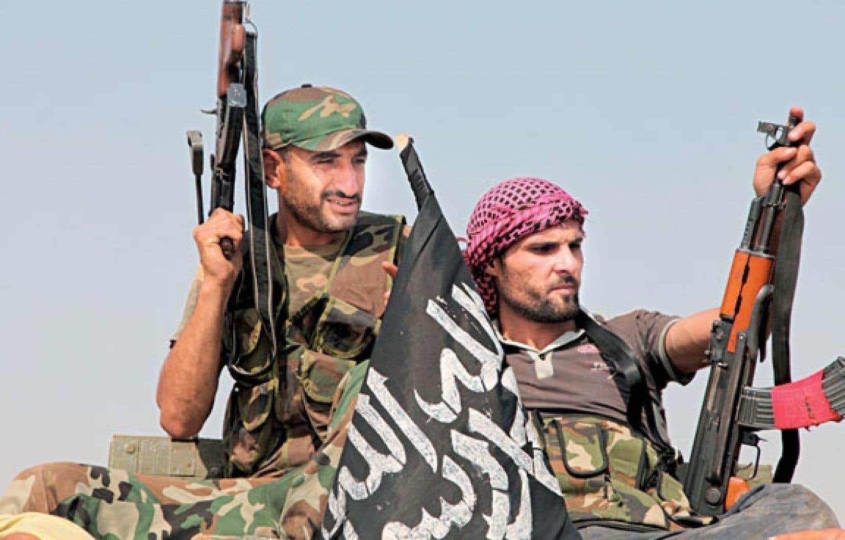 Des rebelles syriens peu après la prise d'un poste de contrôle à Anadane