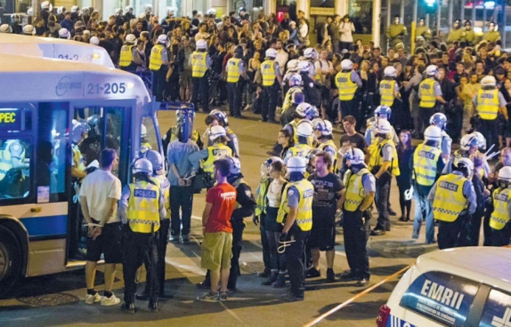Les policiers du SPVM ont encerclé près de 500 personnes à l'angle des rues Sherbrooke et Saint-Denis, le 23 mai dernier, lors de la 30e manifestation nocturne du printemps à se dérouler à Montréal. Ils les ont ensuite arrêtées et détenues dans des autobus.