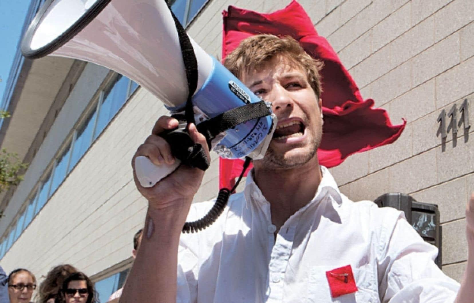 Gabriel Nadeau-Dubois quitte son poste de co-porte-parole de la Coalition large de l'Association pour une solidarité syndicale étudiante (CLASSE) après six mois de lutte sociale.