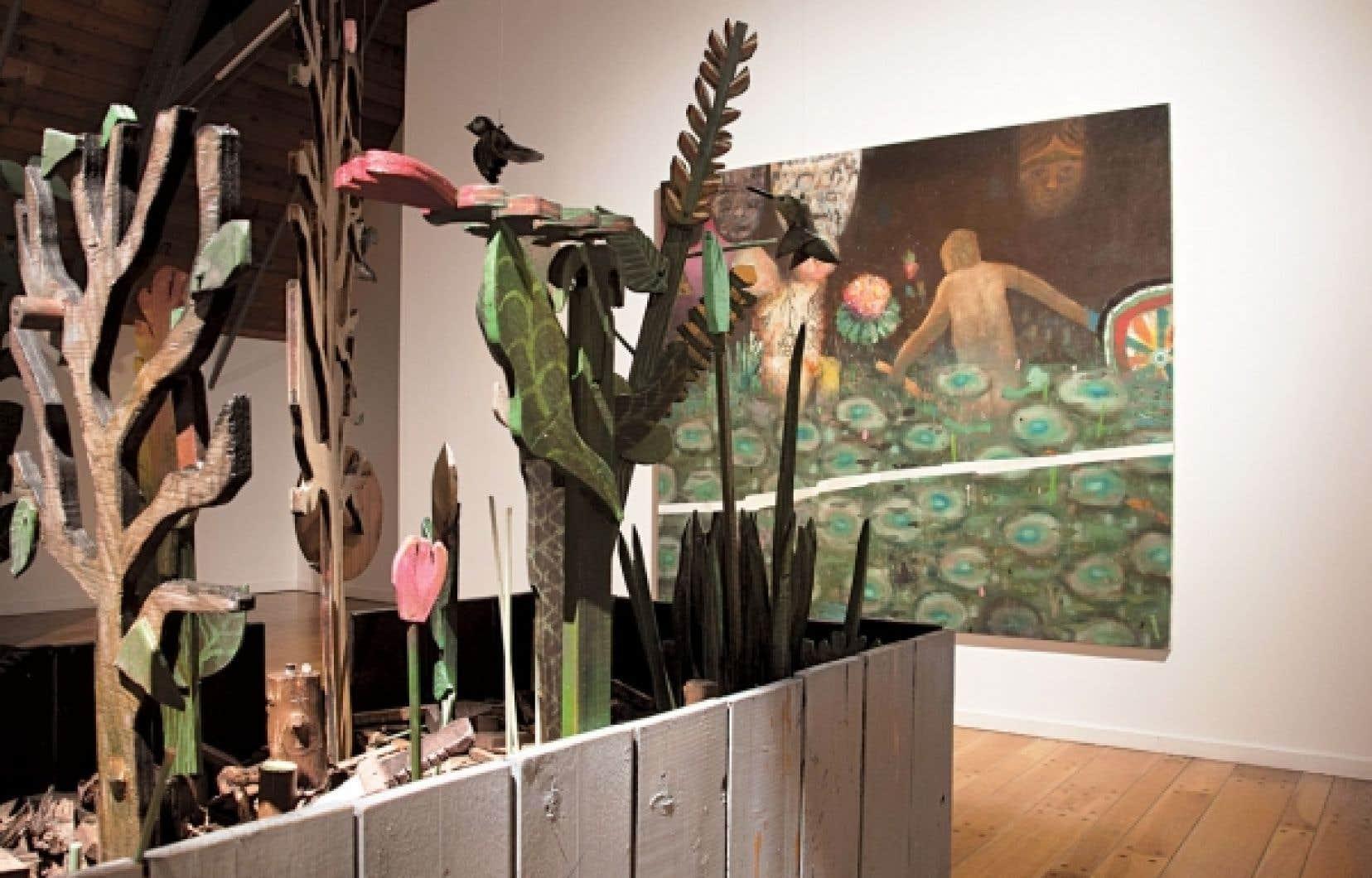 Pour son exposition, l'artiste David Lafrance a déployé son univers foisonnant, enrichi de sculptures et d'éléments sonores où les toiles représentent des paysages luxuriants.