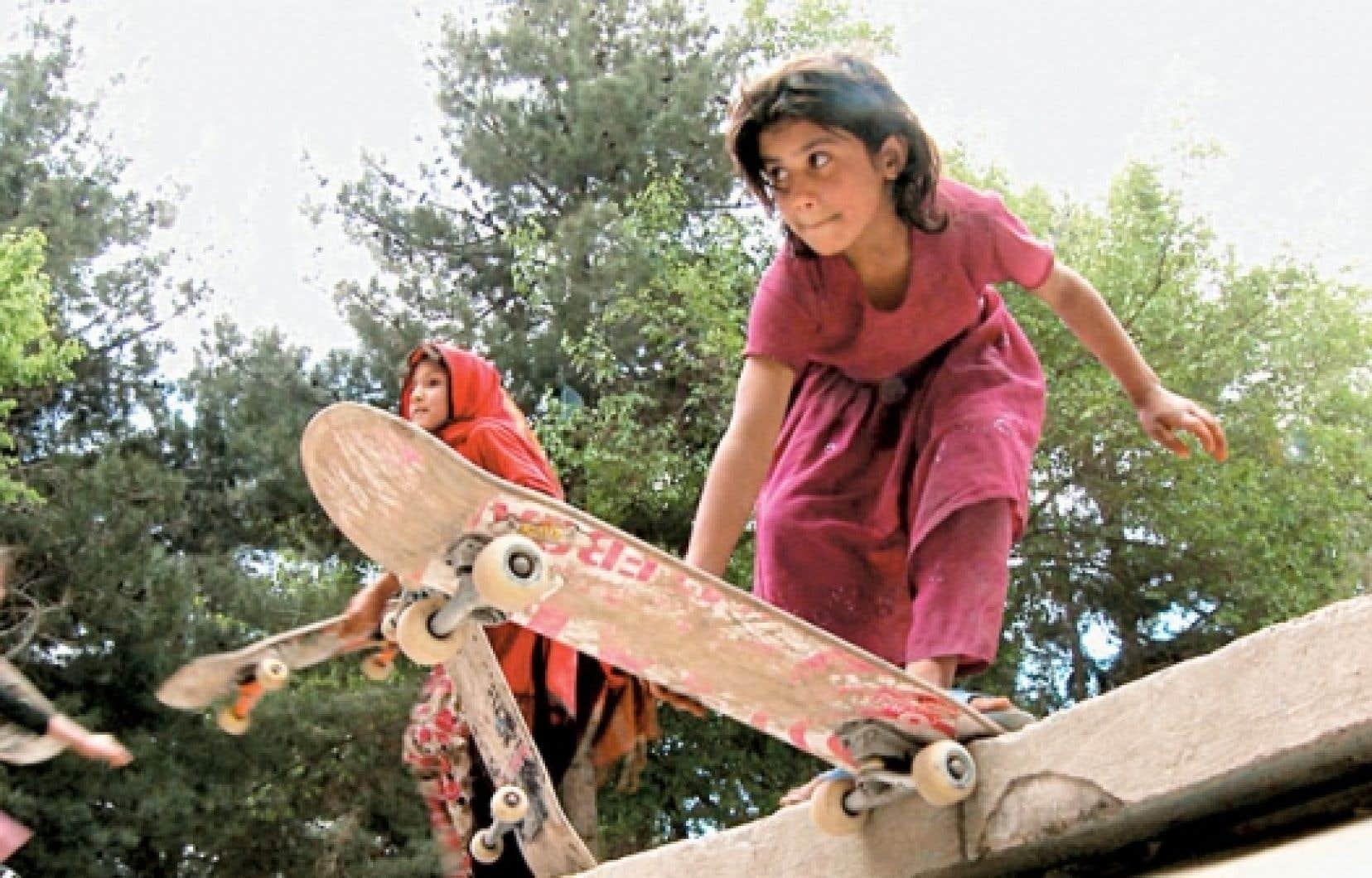 Dans Skateistan : Four Wheels and a Board in Kabul, on voit de jeunes filles et garçons rivaliser de manœuvres dans le skatepark de Kaboul.