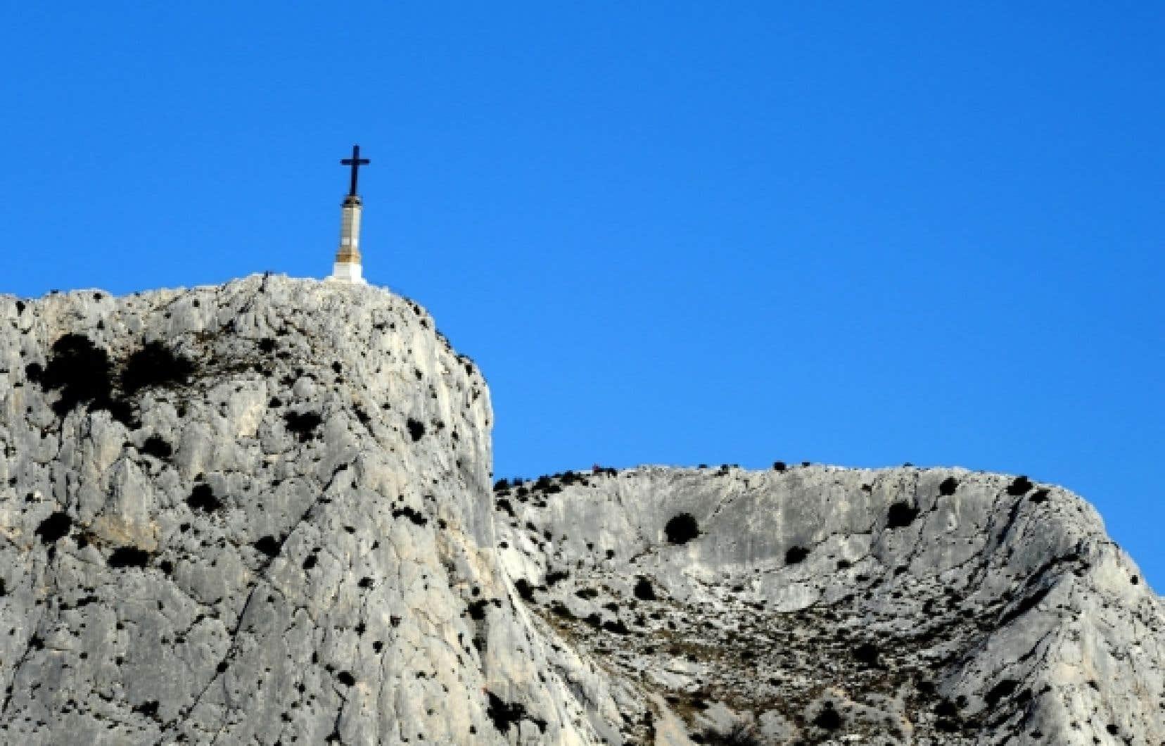 Il est possible de monter sur la montagne Sainte-Victoire, tout près d'Aix-en-Provence.