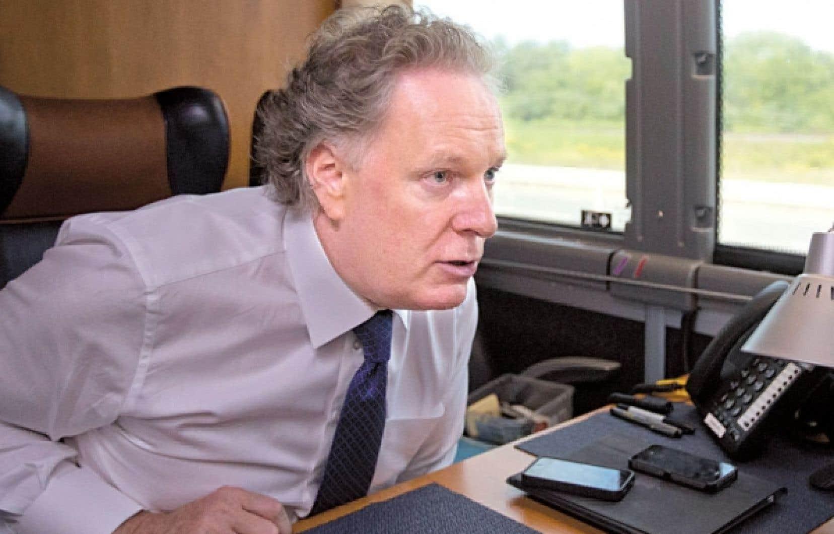 <div> Jean Charest a accord&eacute; hier une entrevue &agrave; l&rsquo;&eacute;quipe du Devoir &agrave; bord de son autobus de campagne.</div>