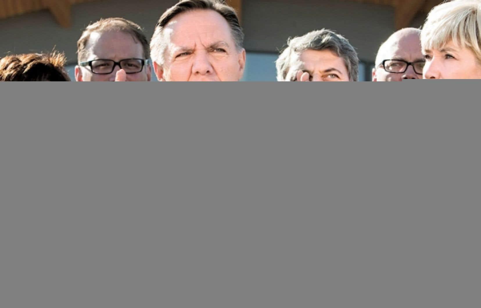 François Legault était à Québec, vendredi, où il a donné un point de presse, entouré de quelques candidats de la Coalition avenir Québec.