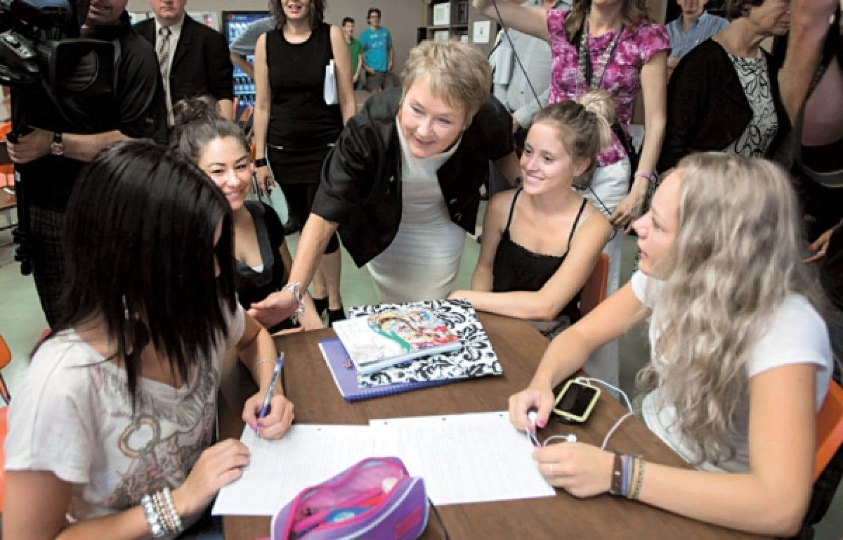 <div> Pauline Marois a fait campagne au cégep de Sorel-Tracy lundi. La chef péquiste a indiqué qu'il est irréaliste de promettre la gratuité scolaire de la maternelle à l'université, comme le fait Québec solidaire.</div>