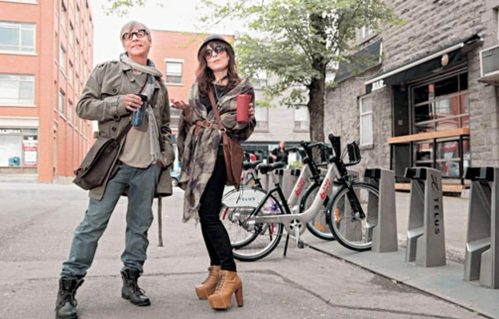 Dans Les bobos, on voit Étienne et Sandrine Maxou, interprétés par Marc Labrèche et Anne Dorval, vanter l'usage du Bixi, entre autres.