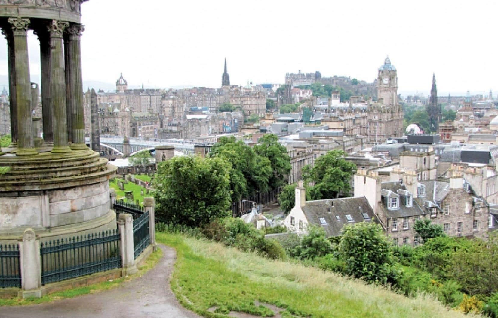 Une vue sur la ville d'Édimbourg. En bas : Royal Mile, la rue qui part du château pour aboutir, 1,6 kilomètre plus loin, au palais d'Holyrood où vivait Marie Stuart, sans doute la plus grande reine d'Écosse.