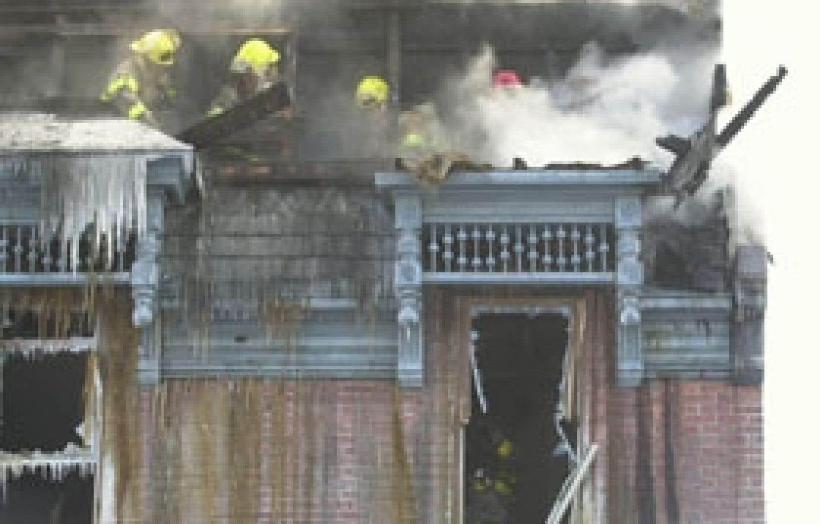 Les incendies diminuent la valeur d'une propriété et ont des répercussions sur le prêt hypothécaire. Le fait de rénover adéquatement la maison rétablira sa valeur, mais le prêteur hypothécaire doit participer aux démarches jusqu'à la fin