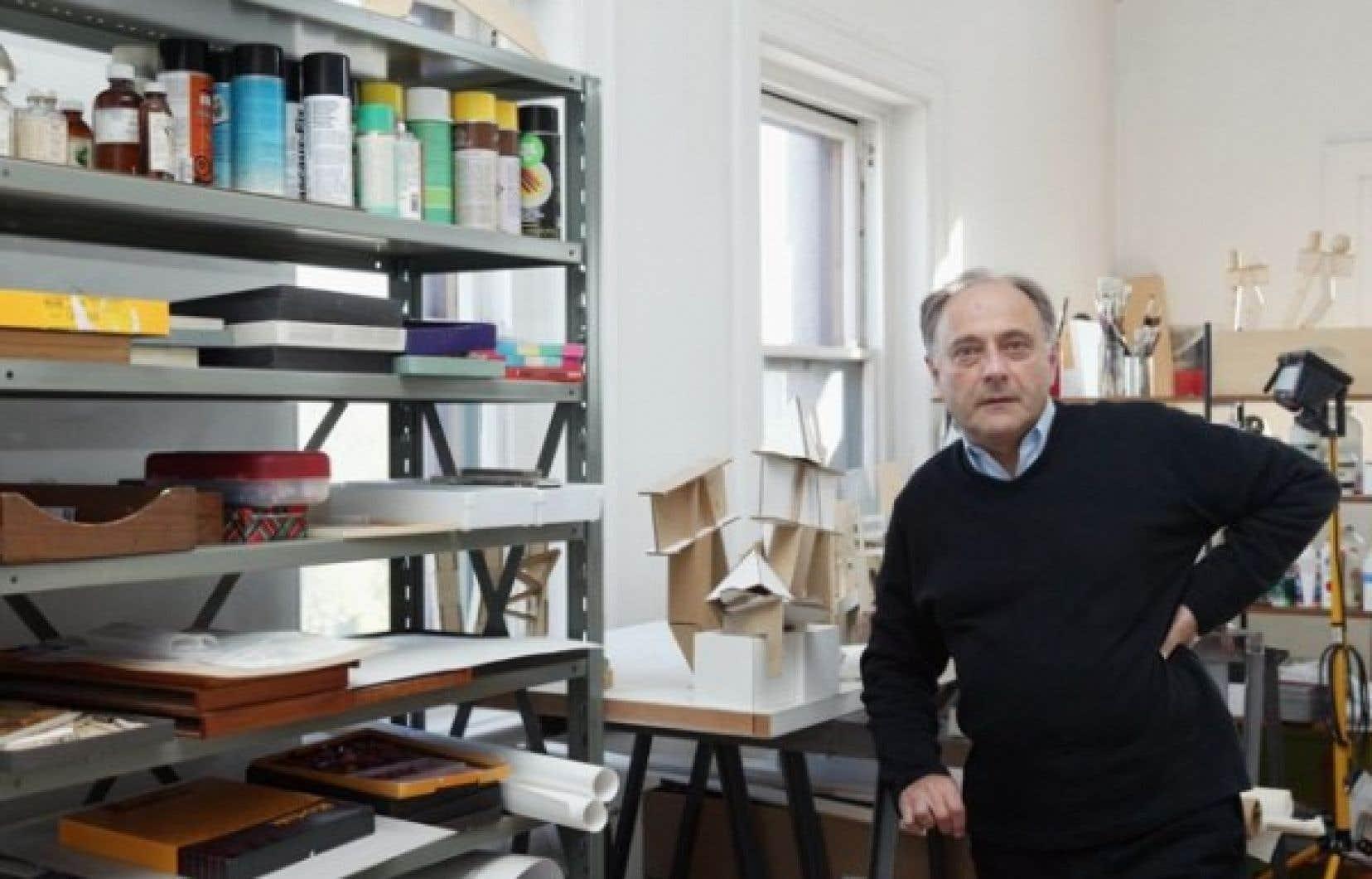 Melvin Charney dans son atelier en 2004.<br />