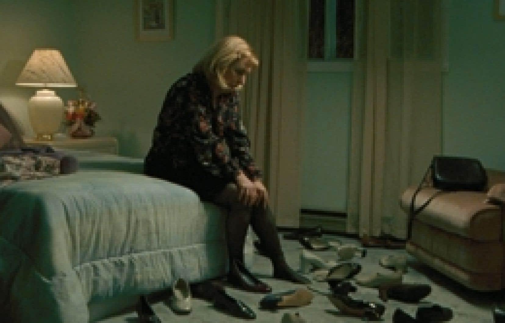 Continental, un film sans fusil, qui se veut une oeuvre sur les liens entre les êtres de solitude, aborde aussi leur mystère. Ici, la comédienne Marie-Ginette Guay, dans le rôle de l'épouse dont le mari a disparu.
