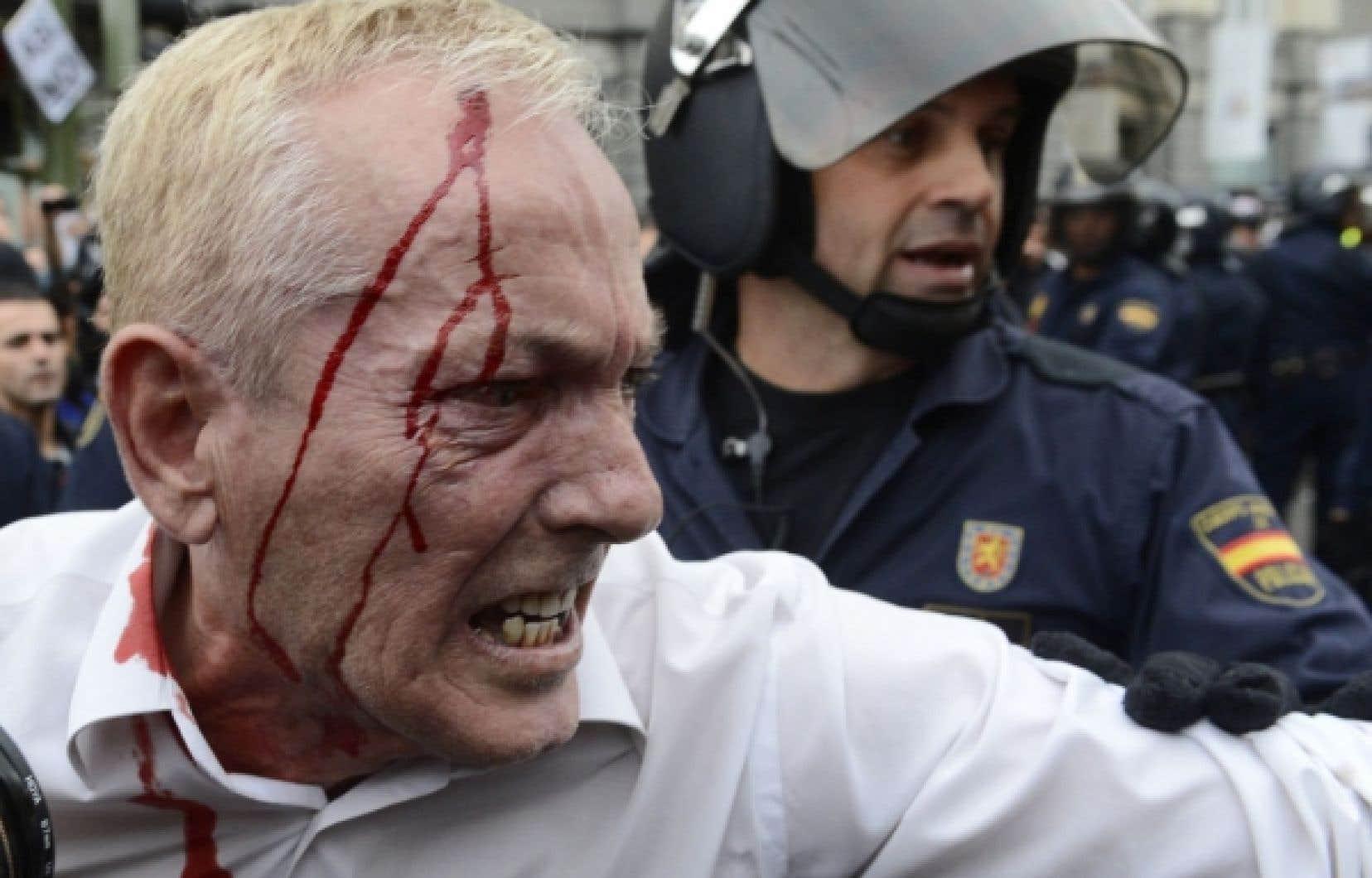 Un manifestant blessé lors des affrontements avec la police à Madrid.