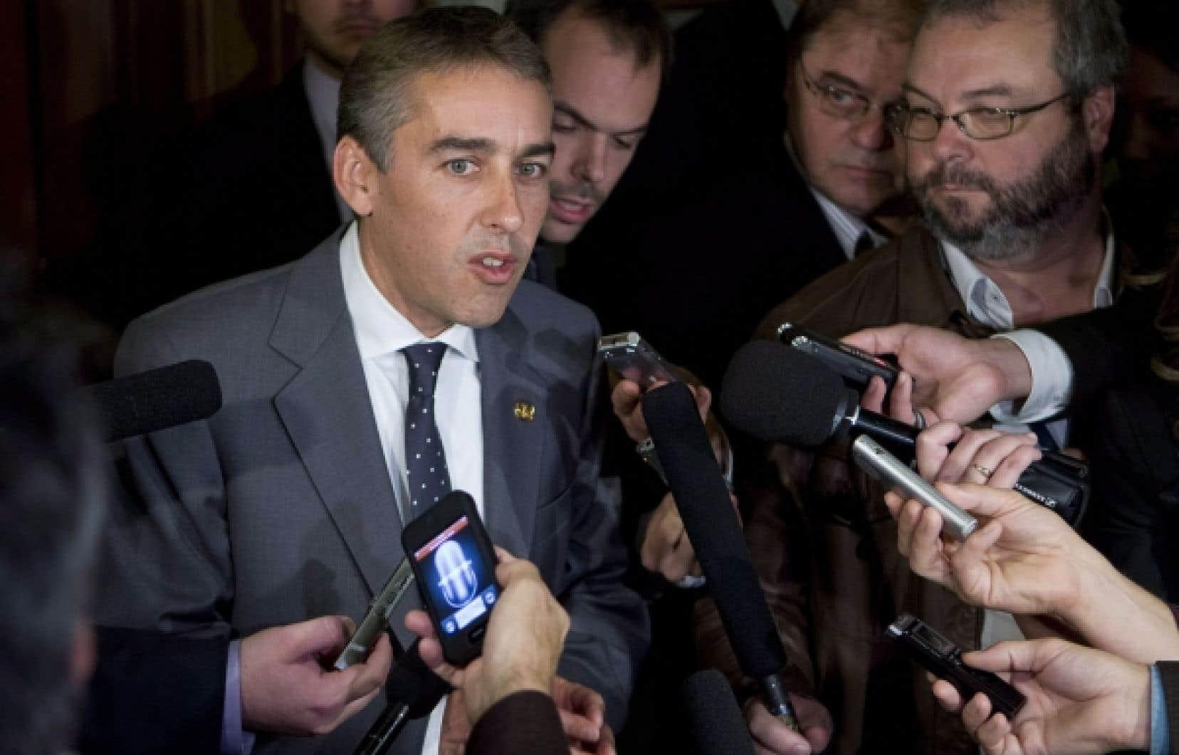 Le ministre québécois des Finances, Nicolas Marceau, répond aux questions des journalistes au sujet de sa volonté de créer deux nouveaux paliers d'imposition sur le revenu, une mesure qui soulève de nombreuses protestations.