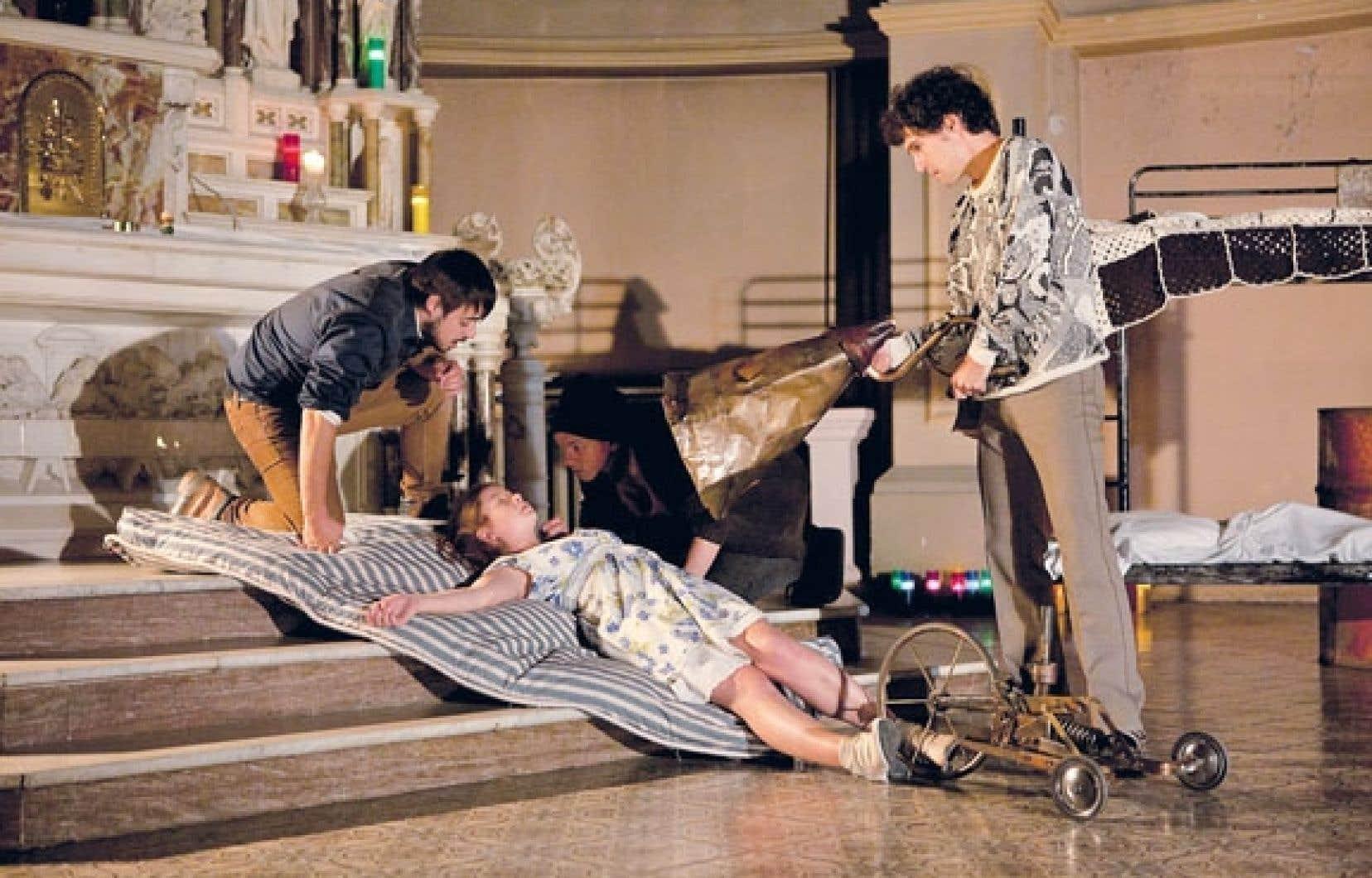 La troupe du Mimésis a choisi un lieu audacieux pour planter son décor : le chœur de l'église de l'Immaculée-Conception.