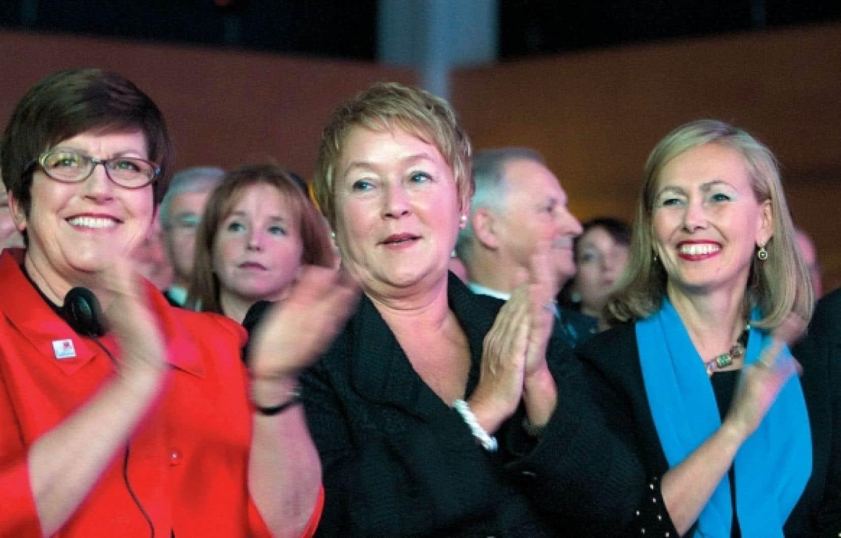 La première ministre Pauline Marois entourée de Pauline Green, présidente de l'Alliance coopérative internationale, et de Monique Leroux, présidente et chef de la direction du Mouvement Desjardins, lundi soir, à Québec, lors de l'ouverture du Sommet international des coopératives.