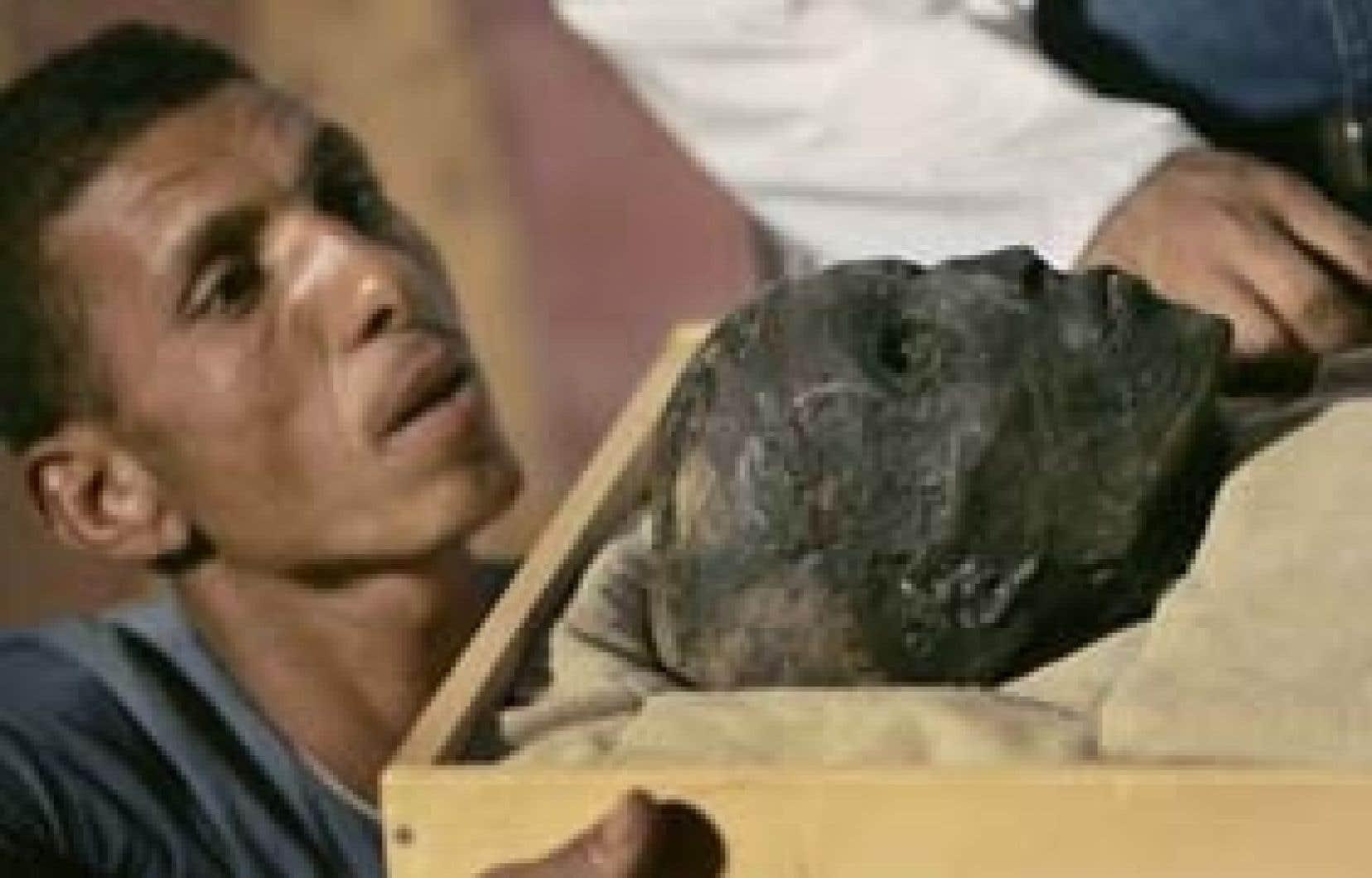 Le corps de Toutankhamon a été entièrement enroulé de bandes de lin, ne laissant apparaître que le visage du pharaon. Seule une poignée d'experts avaient pu voir son visage jusqu'à ce jour, qui marque le 85e anniversaire de la découverte de s