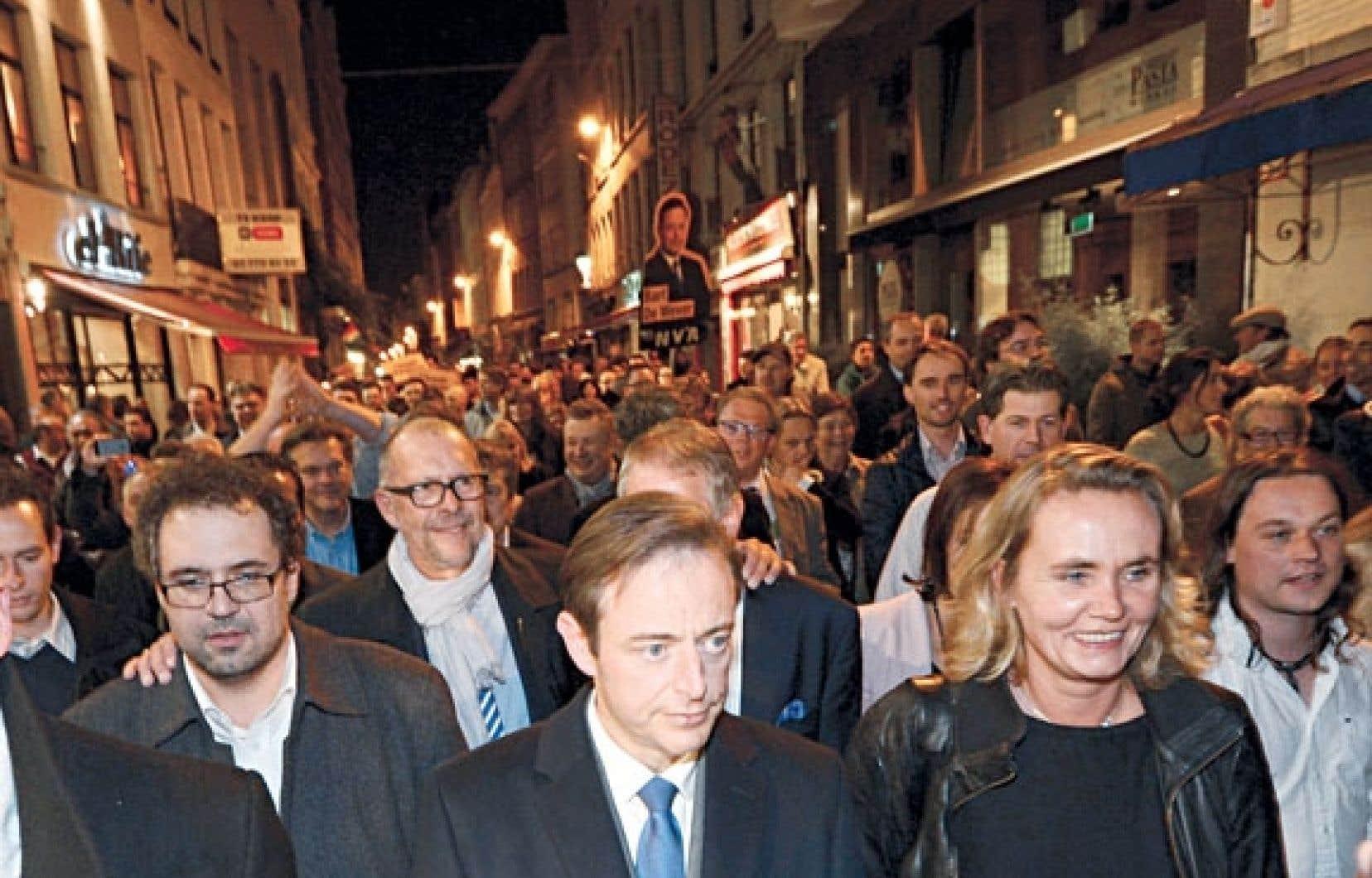 Bart De Wever s'est rendu dimanche soir à pied à l'hôtel de ville d'Anvers.
