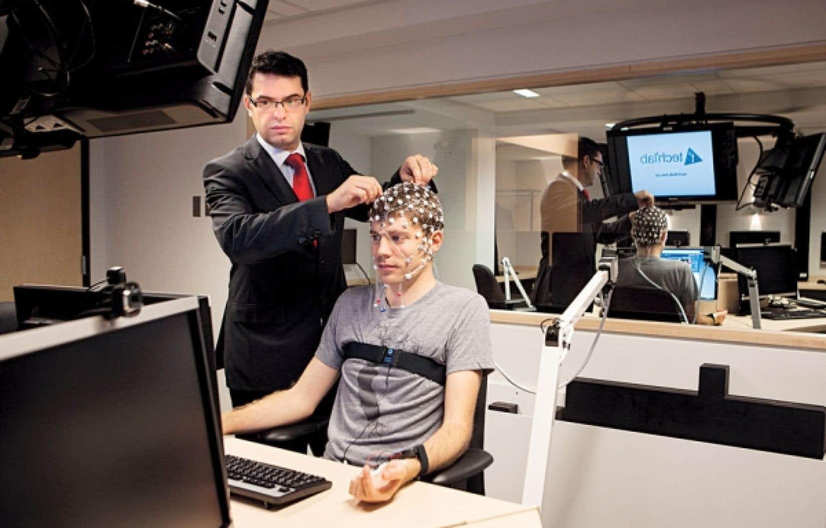 Au Tech3Lab, un des rares laboratoires à permettre l'enregistrement simultané de plusieurs participants, le codirecteur Pierre-Majorique Léger enregistre l'activité électrique du cerveau de sujets à l'aide de casques à large bande de 32 électrodes.
