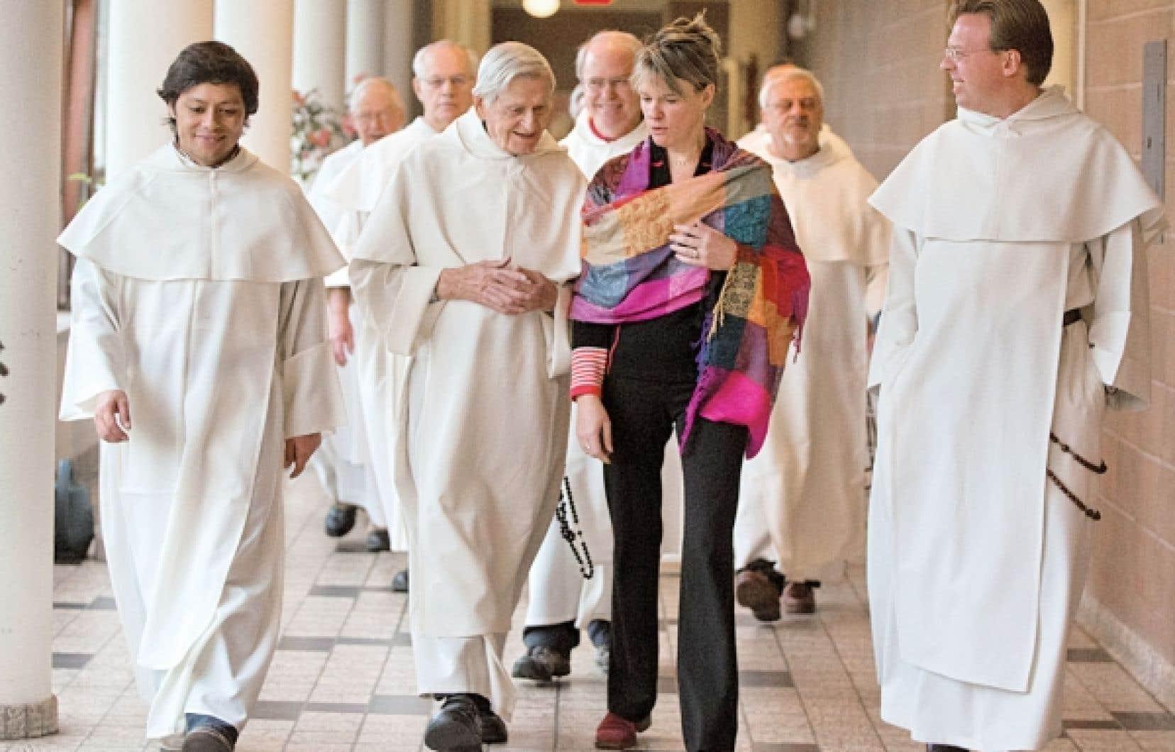 Trente-quatre vieux garçons érudits peuvent créer l'accoutumance. À l'avant-plan, Joblo, journaliste en résidence, entourée des frères Christian, Benoît (Lacroix) et Rick.