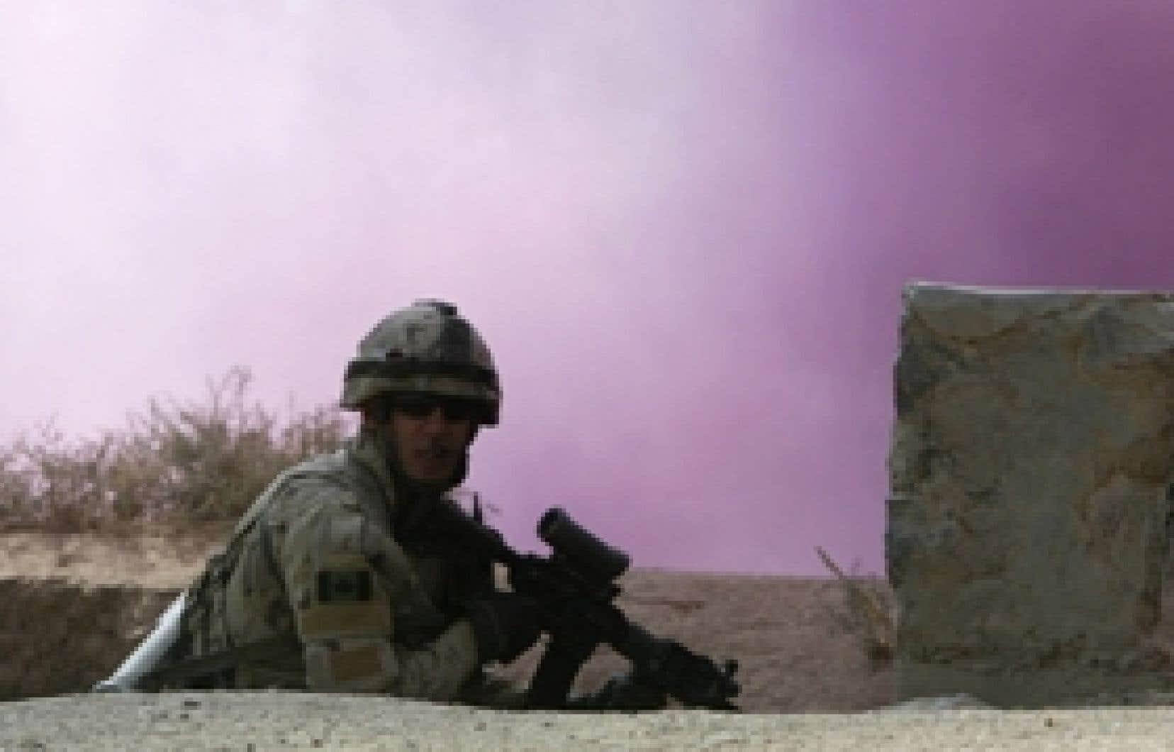 Outre les soldats étrangers comme ce soldat canadien , il y aurait 10 000 gardes de sécurité paramilitaires dans la seule ville de Kaboul.